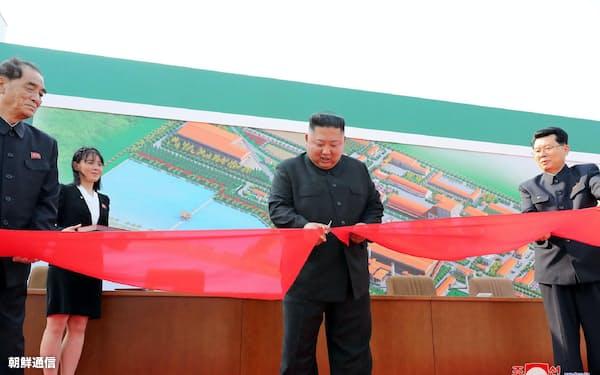1日に肥料工場の竣工式に出席した金正恩氏=朝鮮中央通信・朝鮮通信