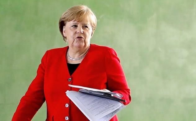 メルケル首相はさらなる経済規制の緩和を決断した=ロイター