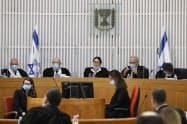 ネタニヤフ氏の首相就任を巡る異議申し立てについて審理する最高裁判所(4日、エルサレム)=AP