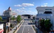 大さん橋国際客船ターミナルには「飛鳥2」(左)が停泊を続けている(7日、横浜市)