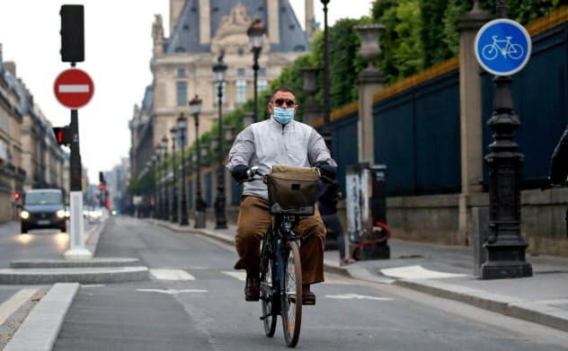 パリなどの欧州の都市では、封鎖解除後の移動手段として自転車の利用を促す=ロイター