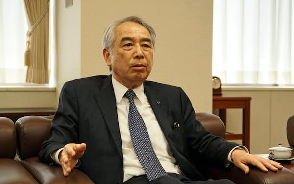 インタビューに答える福岡中央銀行の古村至朗頭取