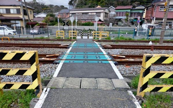 地元との協議が進まず遮断機も警報機もない踏切が残っている(神奈川県逗子市)