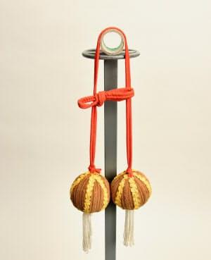 「約婚球戯」のボール(中国南部・広西チワン族自治区等、20世紀後半)=天理参考館提供