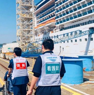イタリア籍クルーズ船「コスタアトランチカ」の乗員から、患者が発生した時のシミュレーションをする医師ら(2日、長崎市、(C)ARROWS)