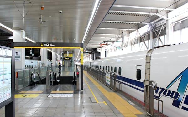 例年、大型連休は帰省客で混雑する博多駅の新幹線ホームだが、今年は閑散としていた(2日、福岡市)