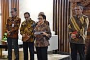 インドネシアのルトノ外相(写真中央)は同国船員の遺体が海に遺棄された問題で中国に懸念を伝えた
