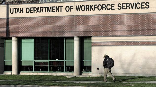 米国では新型コロナの影響で失業保険の申請件数が急増している(4月、ユタ州)=AP