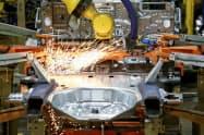 1~3月期の米労働生産性は2期ぶりにマイナスになった(米シカゴの自動車工場)=AP