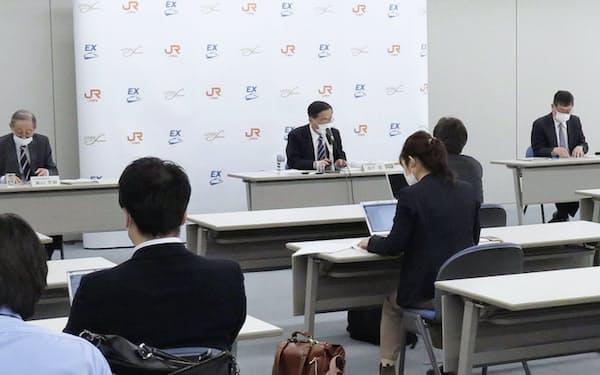 決算発表で今期の業績や配当予想を未定とする企業が相次いでいる(写真はJR東海が4月下旬に名古屋市で開いた決算記者会見)=共同