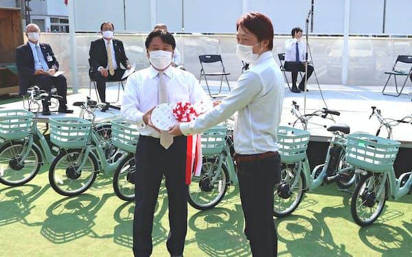 飲食店への電動アシスト自転車の貸し出し式が開かれた(4月30日、前橋市)