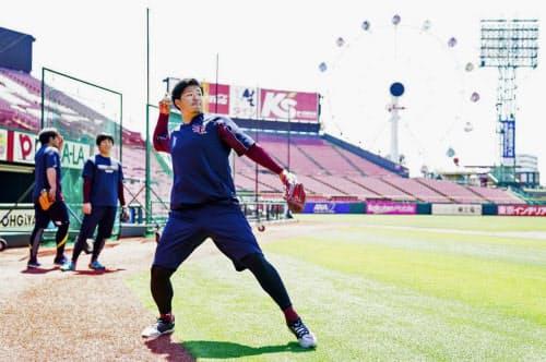 自主練習が開始され、調整する楽天・浅村(8日、楽天生命パーク宮城)=球団提供・共同