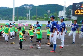 野球独立リーグは地域密着を旗印とする(「四国アイランドリーグplus」の試合後に開かれた少年野球教室=大学コンソーシアム京都提供