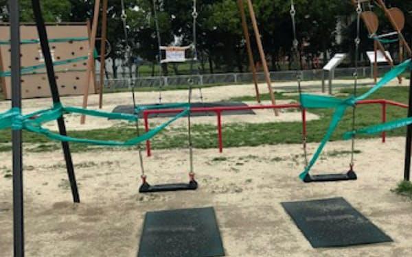 公園のブランコもテープが巻かれ、遊べなくなっている(4日、埼玉県越谷市)