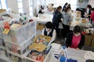 熊本の金融機関などが買い取る布マスクを受け付ける会場(8日、熊本市)