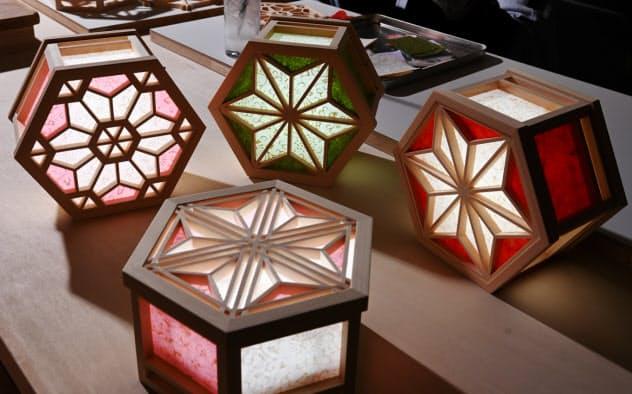 組子細工に京からかみを貼りつけた光箱から優しい光がこぼれる=大岡敦撮影