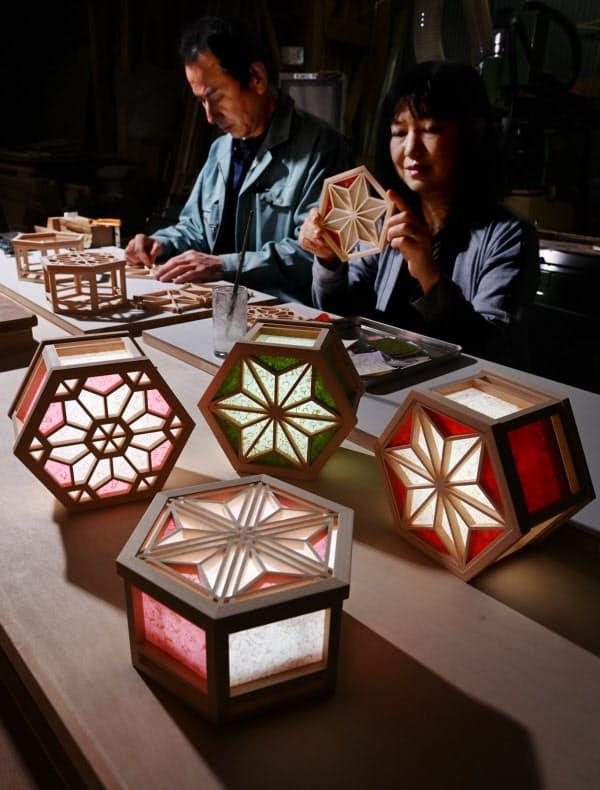 組子細工に京からかみを貼り付けた光箱から優しい光がこぼれる=大岡敦撮影