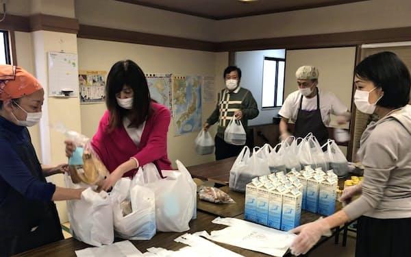 子どもたちに届ける弁当を用意する子ども食堂のボランティアスタッフら(4月、大阪市中央区)