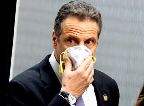 マスクをつけるニューヨークのクオモ州知事(7日、ニューヨーク州南部バルハラ)=ロイター