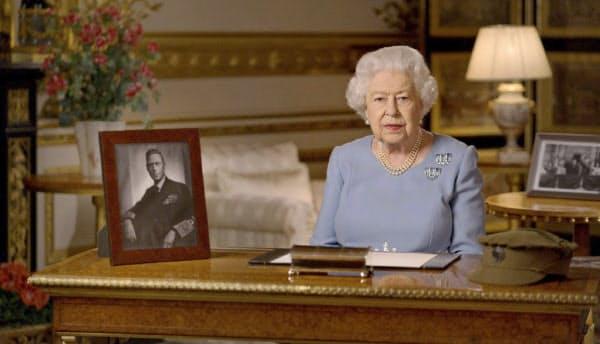 テレビ演説をするエリザベス女王(8日、ウィンザー城)=AP