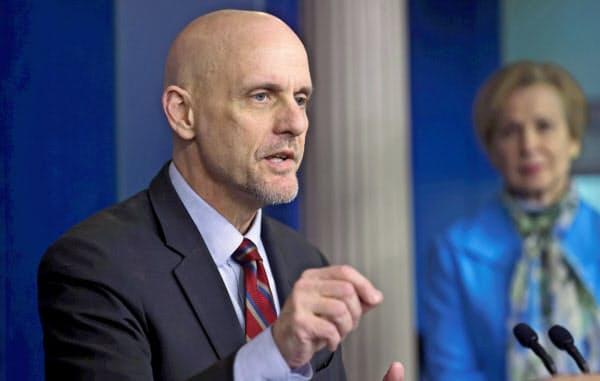 FDAのハーン長官は自宅で検体を採取できれば検査件数を増やせると期待する=ロイター