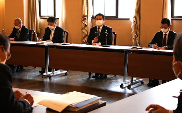 新型コロナウイルス感染症関係総合対策本部会議で指示する山梨県の長崎幸太郎知事(9日、山梨県庁)