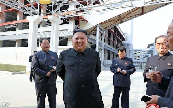 金正恩委員長(中央)の3週間にわたる消息不明は北朝鮮の閉鎖性を浮き上がらせた(1日、朝鮮中央通信=共同)