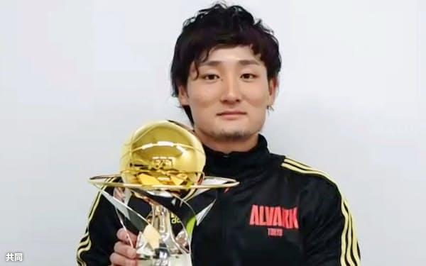 MVPを初受賞し、オンラインで取材に応じるA東京の田中大貴(10日)=共同