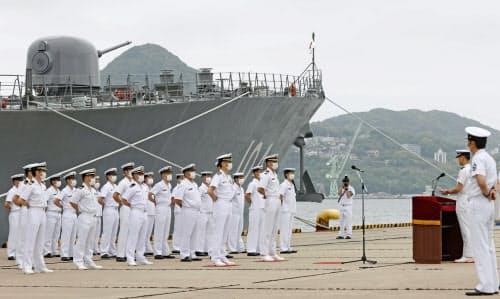 海上自衛隊佐世保基地で行われた、護衛艦「きりさめ」の出国行事(10日)