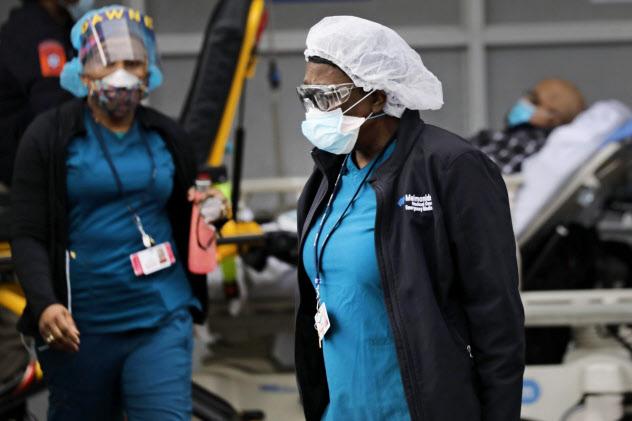 米ニューヨークの病院で新型コロナの感染者に対応する医療従事者=ゲッティ共同