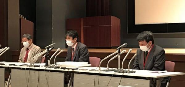 日本教育学会長の広田照幸日大教授(中)らは9月入学の拙速な決定を避けるよう政府に求めた(11日午前、文部科学省内)