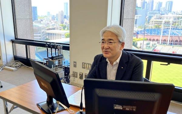 伊藤忠本社からオンライン決算会見した鈴木社長は20年3月期決算を「伊藤忠史上、最高最良の決算だった」と胸を張った(8日、東京・港)