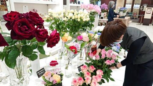 高島屋横浜店は食品購入客が通りやすい場所に花の特設売り場を構えた(横浜市)