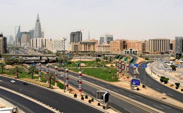 感染防止のための行動制限で経済活動は急ブレーキがかかった(4月7日、サウジ首都リヤド)=ロイター