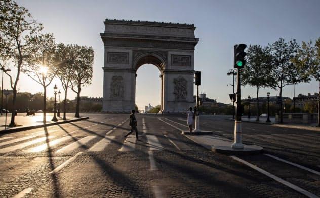 人通りの途絶えたパリの凱旋門周辺(4月14日)=AP