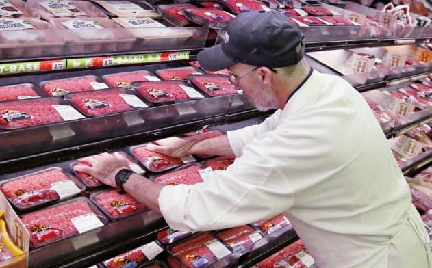 トランプ米大統領は、新型コロナウイルスの感染拡大で閉鎖した食肉加工会社に稼働の継続を命じる大統領令に署名した=AP