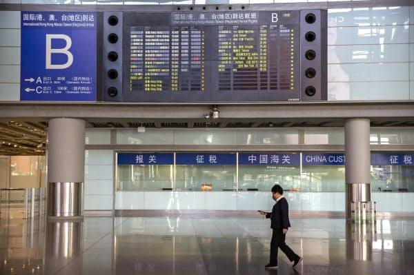 中国は経済正常化へ入国制限の緩和を進めようとしている(3月、北京首都空港)=AP