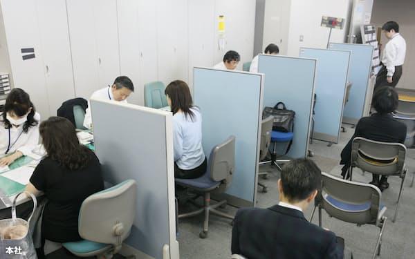 雇用調整助成金の申請に訪れた企業担当者で込み合うハローワーク飯田橋(東京都文京区)