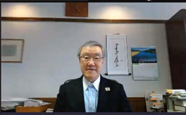 ウェブ会議システムでのインタビューに応じた出口学長は、新たな奨学金制度を設ける方針を示した