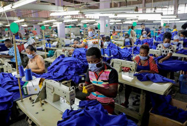 ガーナの首都アクラで新型コロナに対応する防護服を製造する工場(10日)=ロイター