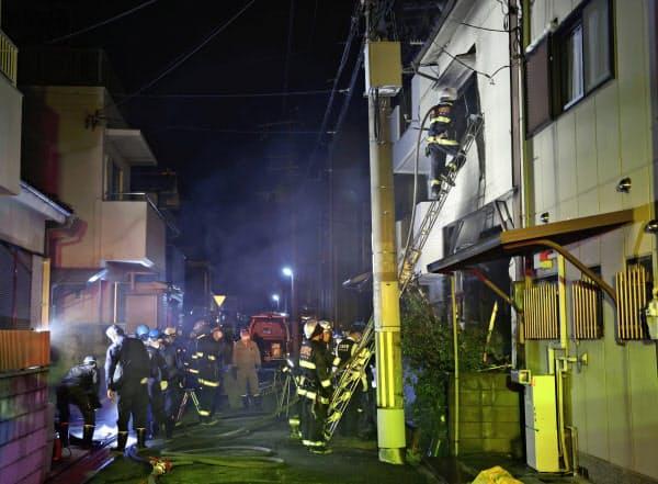 大阪府吹田市の建物火災現場付近=12日午前0時57分