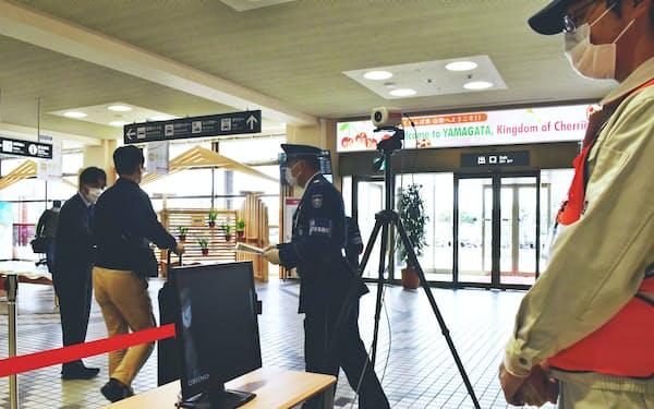 山形県はサーモグラフィーで検温を実施した(4月25日、山形空港)
