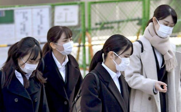 マスク姿で就活を始めた学生は新型コロナウイルスによる外出自粛でオンラインでの活動を強いられている