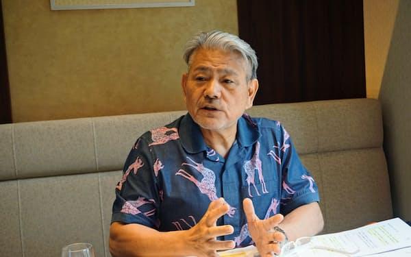 インタビューに答える、沖縄県ホテル協会の平良朝敬会長(那覇市)
