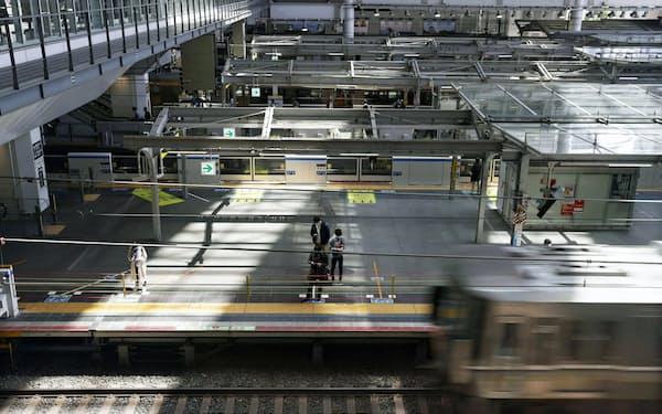 人の姿が少ないJR大阪駅のホーム(4月25日)=共同