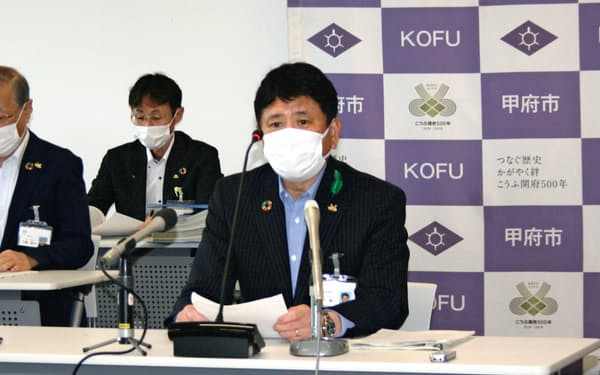 新型コロナウイルスへの対策について説明する甲府市の樋口雄一市長(12日、甲府市役所)