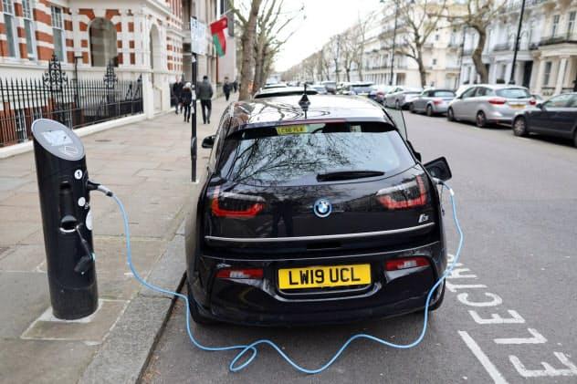 充電中のEV(ロンドン)=ロイター