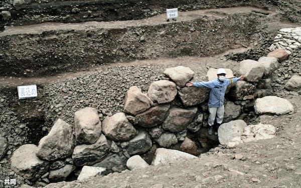 京都仙洞御所内で見つかった「京都新城」跡とみられる石垣(12日、京都市上京区)=共同