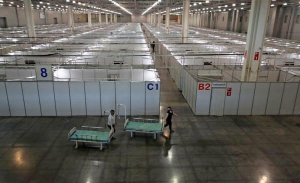 ロシアでは1日1万人超の感染者数の増加が続いている(11日、病床が仮設されたモスクワの展示場)=ロイター