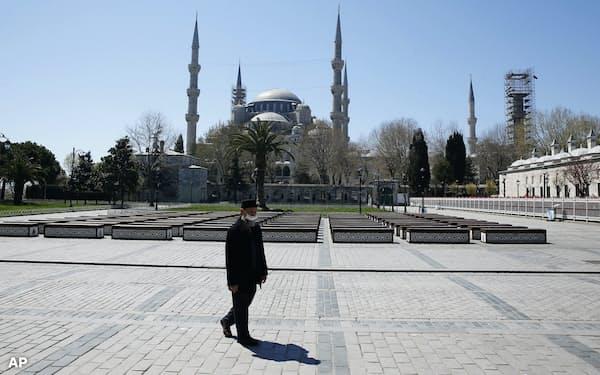 観光客が消えたトルコ・イスタンブール中心部(4月18日)=AP
